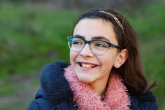 Lächelndes jugendliches Mädchen im Garten Stockfotos