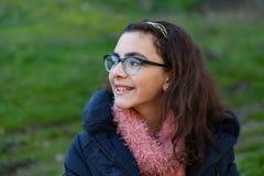 Lächelndes jugendliches Mädchen im Garten Lizenzfreie Stockfotografie