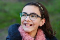 Lächelndes jugendliches Mädchen im Garten Lizenzfreie Stockfotos