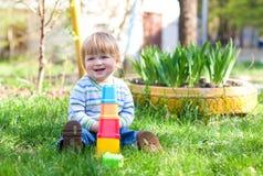 lächelndes Jungenspiel mit bloks stockfotos