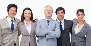 Lächelndes junges businessteam mit ihrem Mentor lizenzfreies stockbild