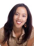 Lächelndes junges hispanisches Frauenportrait in der braunen Oberseite lizenzfreie stockfotos