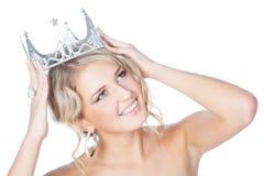 Lächelndes junges Mädchen mit der silbernen Krone, die oben schaut Lizenzfreie Stockbilder