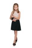 Lächelndes junges Mädchen mit einer Handtasche Lizenzfreie Stockfotos