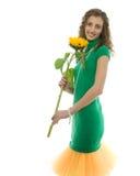 Lächelndes junges schönes Mädchen mit Sonnenblume Stockfotos
