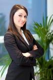 Lächelndes junges weibliches Managerporträt lizenzfreie stockfotografie