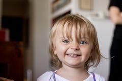Lächelndes kaukasisches blondes Mädchenporträt des glücklichen jungen Babys zu Hause Lizenzfreie Stockbilder