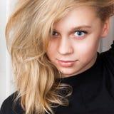 Lächelndes kaukasisches Mädchen mit dem langen blonden Haar, Studioporträt Lizenzfreies Stockfoto