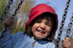 Lächelndes Kind auf einem swin Stockfotografie