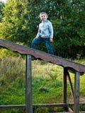 Lächelndes Kind, das auf der Treppe steht  Lizenzfreie Stockfotografie