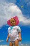 Lächelndes Kind, das auf einem Strand steht Stockbild