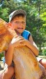 Lächelndes Kind, das eine Kappe im Park trägt lizenzfreie stockbilder