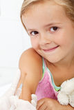 Lächelndes Kind, das Impfstoff empfängt Stockfotografie