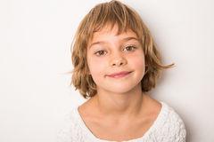 Lächelndes Kind des Studioporträts Stockfotos