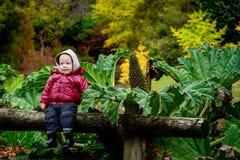 Lächelndes Kind im Park Stockfoto