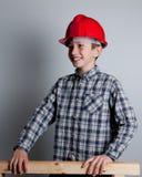 Lächelndes Kind mit rotem Sturzhelm Stockbilder