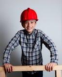 Lächelndes Kind mit rotem Sturzhelm Lizenzfreies Stockbild