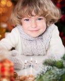 Lächelndes Kind mit Weihnachtskerzen Stockfotografie