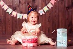 Lächelndes Kindermädchen mit Geburtstagsdekorationen Stockbilder