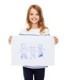 Lächelndes kleines Kind, das Bild der Familie hält Stockfotografie