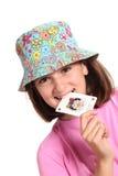Lächelndes kleines Mädchen beißt Spassvogel Stockbild