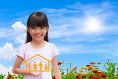 Lächelndes kleines Mädchen, das auf Familiensymbol darstellt lizenzfreie stockfotografie