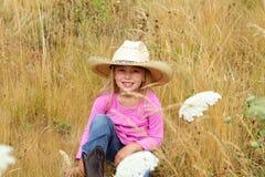 Lächelndes kleines Mädchen, das großen Hut trägt. Lizenzfreie Stockfotografie