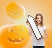 Lächelndes kleines Mädchen, das großen weißen Pfeil hält Stockbilder