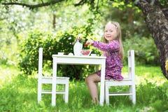 Lächelndes kleines Mädchen an der Teeparty. Lizenzfreie Stockbilder