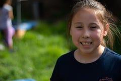 Lächelndes kleines Mädchen im Hinterhof stockbild
