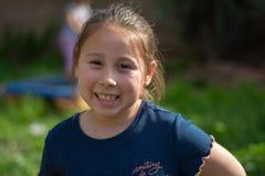 Lächelndes kleines Mädchen im Hinterhof stockfotos