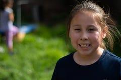Lächelndes kleines Mädchen im Hinterhof stockfoto