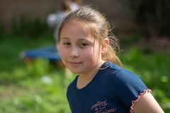 Lächelndes kleines Mädchen im Hinterhof stockbilder
