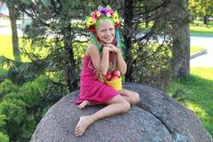 Lächelndes kleines Mädchen im Kranz Stockfotografie