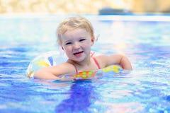 Lächelndes kleines Mädchen im Swimmingpool Lizenzfreie Stockfotografie