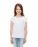 Lächelndes kleines Mädchen im weißen leeren T-Shirt Stockbilder
