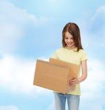 Lächelndes kleines Mädchen im weißen leeren T-Shirt Lizenzfreies Stockbild