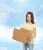 Lächelndes kleines Mädchen im weißen leeren T-Shirt Stockbild