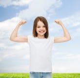 Lächelndes kleines Mädchen im weißen leeren T-Shirt Stockfoto