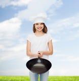 Lächelndes kleines Mädchen im weißen leeren T-Shirt Stockfotos