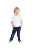 Lächelndes kleines Mädchen im weißen T-Shirt lokalisiert auf einem Weiß Stockfoto