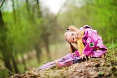 Lächelndes kleines Mädchen mit Regenschirm im Park Lizenzfreies Stockfoto