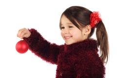 Lächelndes kleines Mädchen mit Weihnachtsdekoration Stockbild