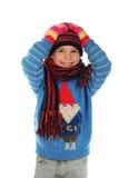Lächelndes kleines Mädchen mit Winterkleidung Stockfoto