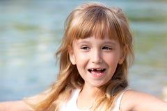 Lächelndes kleines Mädchen ohne Zahn Stockbilder