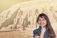 Lächelndes kleines Mädchen steht vor Abu Simbel-Tempel Stockfoto