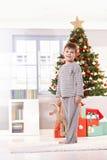 Lächelndes Kleinkind auf Weihnachtsmorgen Stockfoto