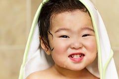 Lächelndes Kleinkind nach Bad Stockfotos