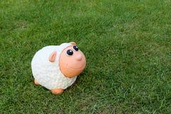 Lächelndes Lamm auf dem Gras Stockbild
