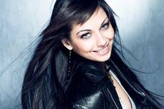 Lächelndes langes Mädchen des schwarzen Haares mit blauen Augen Stockfotos